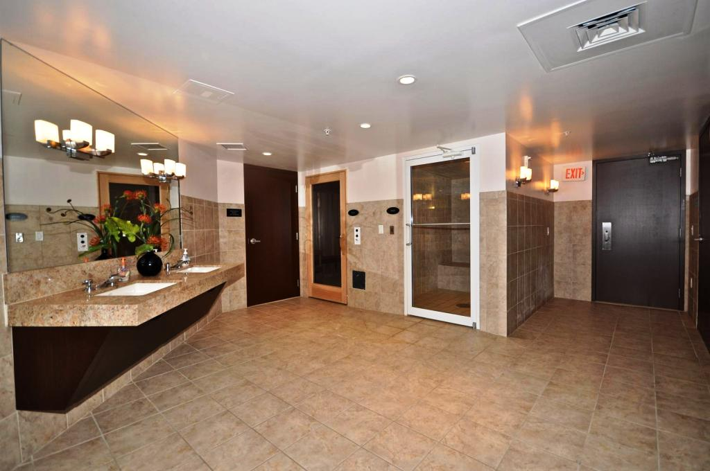 Image of: Basement Bathroom Layout