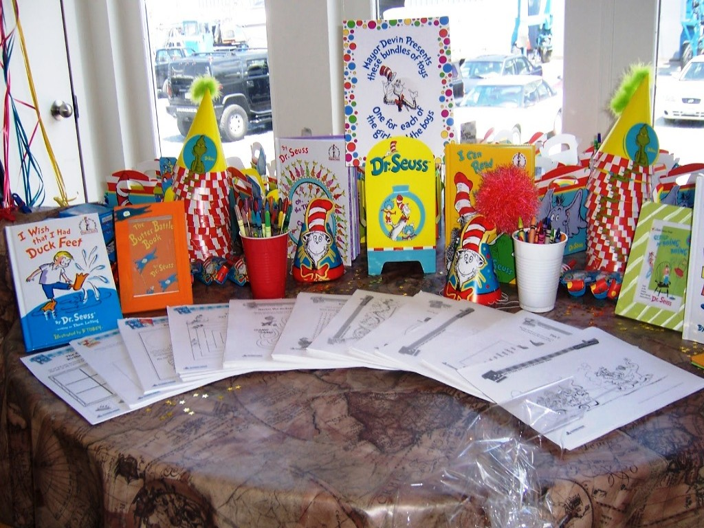 Image of: Dr Seuss Birthday Decorations