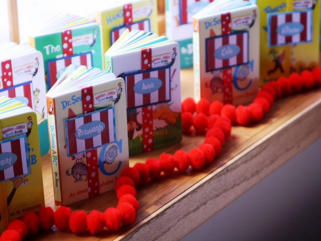 Image of: Dr Seuss Birthday Party Decorations