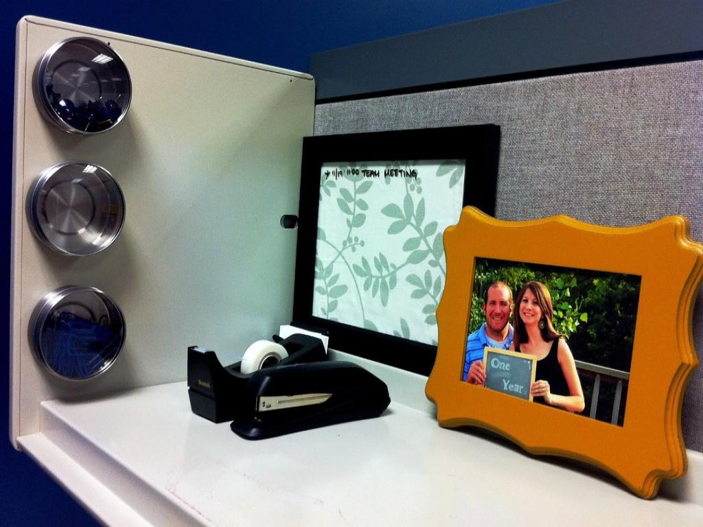 Image of: Simple Cubicle Decoration Photos