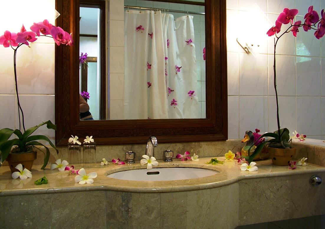 Image of: Decorating Mirrors with Flowers