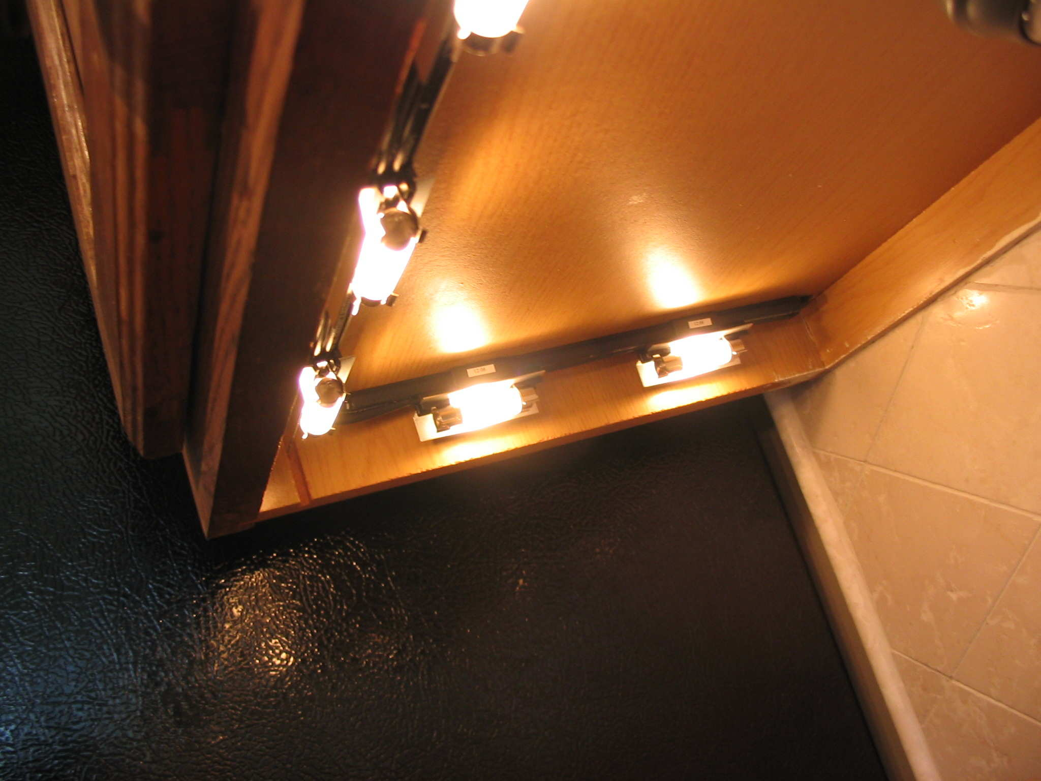 Image of: Under Cabinet Puck Lighting