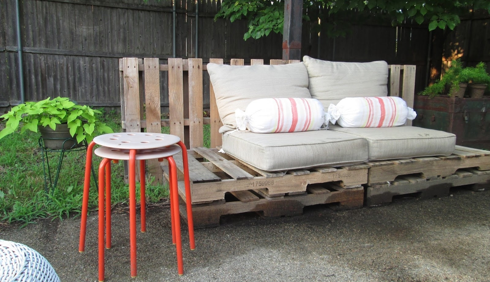 Image of: Patio On A Pallet Ideas